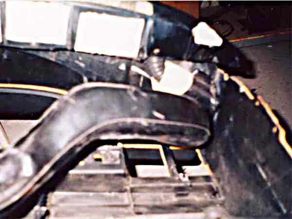 Тоже самое, но с другой стороны, тут еще виден металлический кронштейн бокового верхнего крепления торпедо.